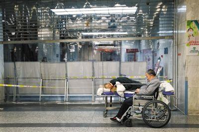 12月20日凌晨,一家医院急诊大厅,一位病人的病床设在急诊分诊台附近