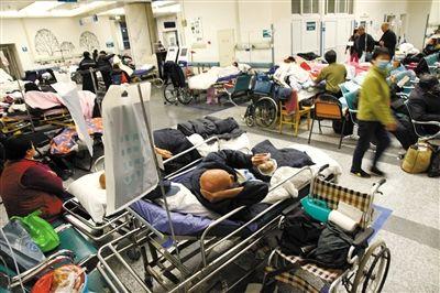 12月20日凌晨,西城一家三甲医院急诊的大厅和过道上挤满了临时病床。记者看到,急诊病床上躺着的多为老年病号。A28-A29版摄影/新京报记者 尹亚飞